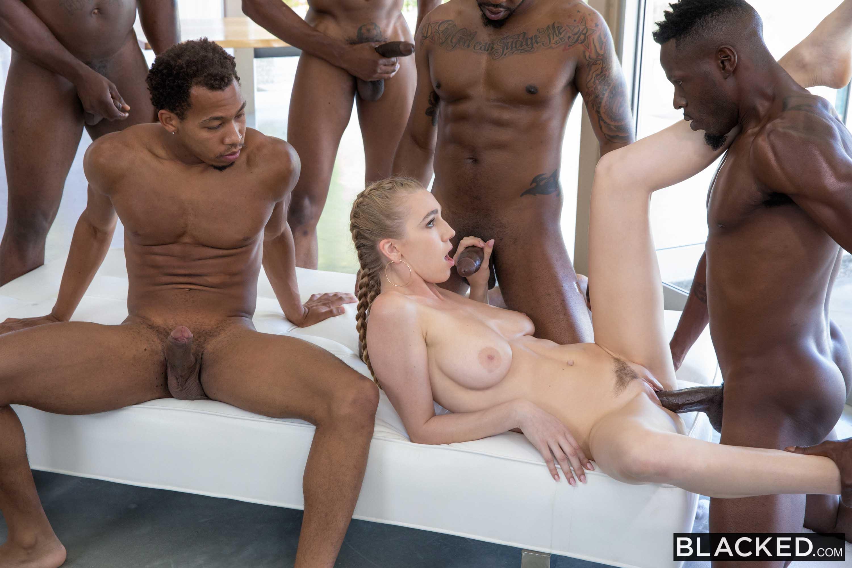 Смотреть обалденная блондинка и толпа мужиков, красивые пышногрудые девушки классно работают ротиком